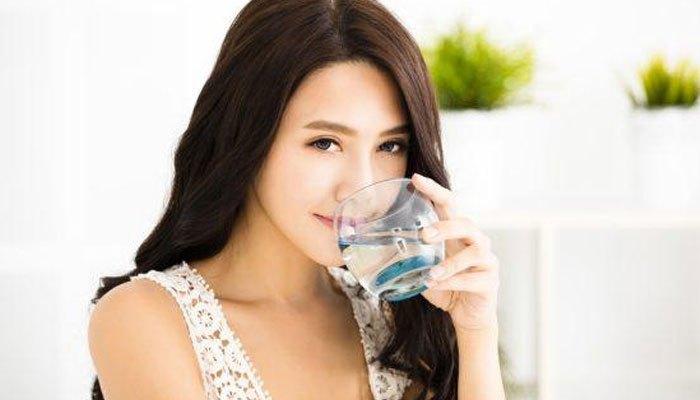 Uống nước thường xuyên khi ngồi trong phòng máy lạnh