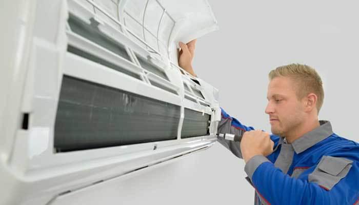 Siết chặt các ốc vít trong máy lạnh