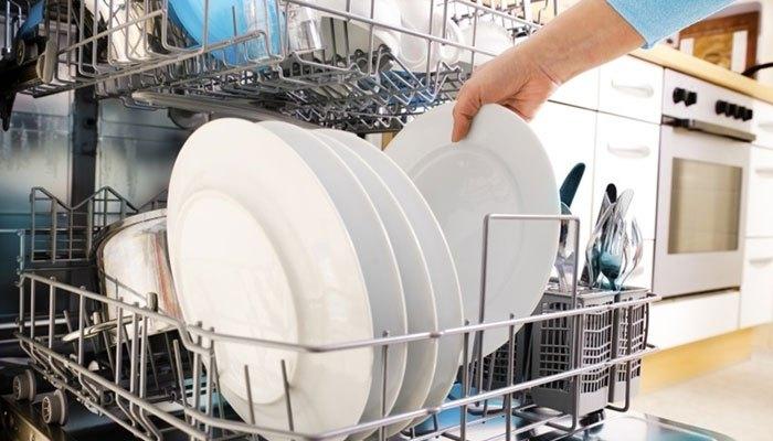 Cho lượng chén dĩa vừa đủ vào máy rửa chén