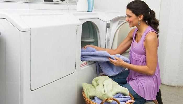 Không nên mở cửa máy sấy quần áo khi đang hoạt động