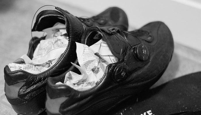Giấy báo sẽ thấm nước mưa đọng trong giày