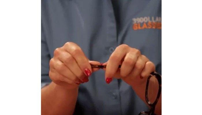 Nhựa đã mềm khi dùng máy sấy tóc sấy, bạn bẻ tai kính cho phù hợp với tai mình