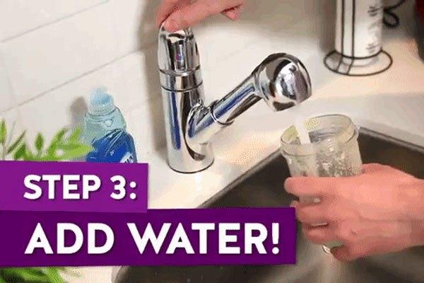Tiếp thục cho thêm nước vào cối máy xay sinh tố