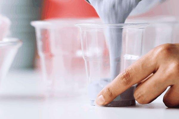 Đổ hỗn hợp từ máy xay sinh tố