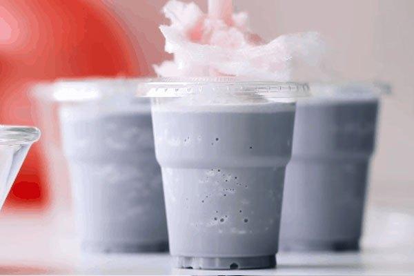 """Cho kẹo bông gòn lên ly và món sữa lắc kẹo bông """"ra lò"""" rồi đây!"""