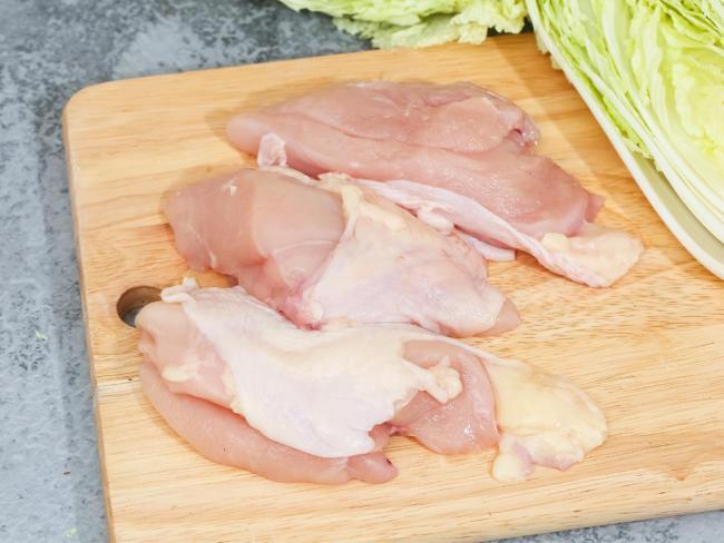 Lườn gà hay còn gọi là ức gà để làm khô phải rửa sạch và ngâm rượu trắng để loại bỏ mùi tanh