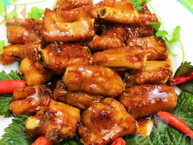 Xào sườn chua ngọt trên bếp, món ăn đậm vị miền Bắc rất bắt cơm