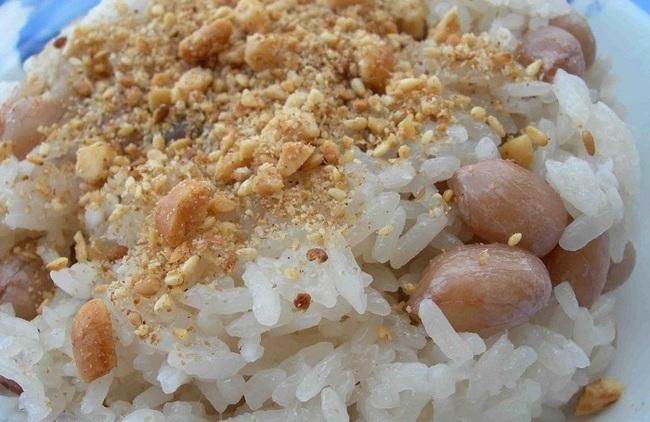 xôi lạc chín đều rắc thêm ít đậu phộng và muối mè để thưởng thức