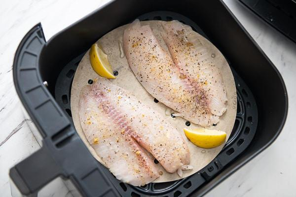 Cách ướp cá trắng sốt tiêu chanh và nướng cá bằng nồi chiên không dầu