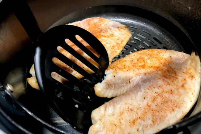 Phết dầu ô liu lên cả 2 mặt thịt cá rô phi và ướp với các loại gia vị bột tỏi