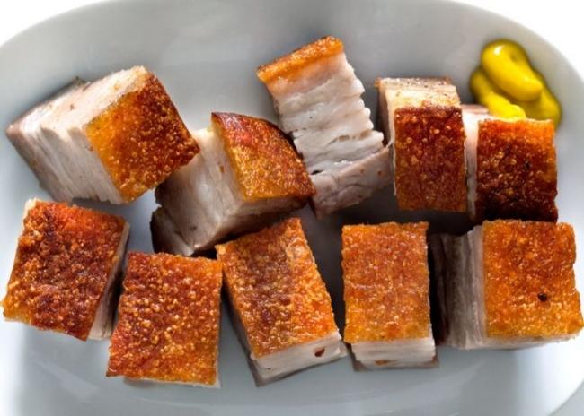 Món heo quay da giòn thơm ngon được làm từ lò nướng thủy tinh