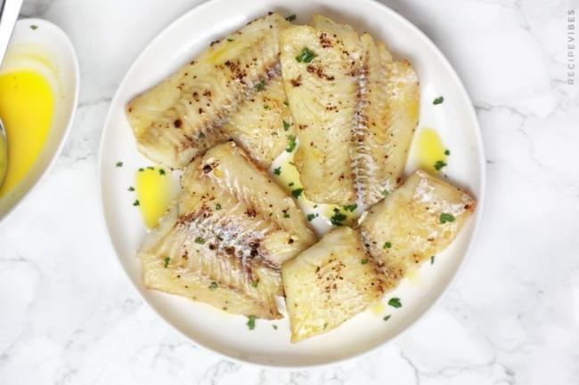 Bày cá ra đĩa và rưới sốt bơ tỏi lên và thưởng thức.