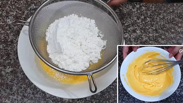 Rây bột mì vào hỗn hợp lòng đỏ trứng