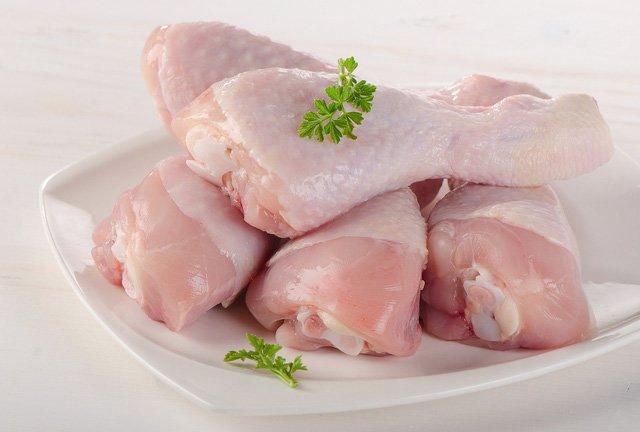 Thịt gà rửa sạch, sau đó rửa lại với nước muối loãng