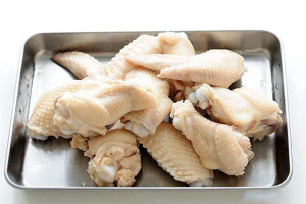 Bật nồi nước cho vào ít gừng và muối luộc gà, khi da gà săn lại thì vớt gà ra sau đó để gà ráo nước
