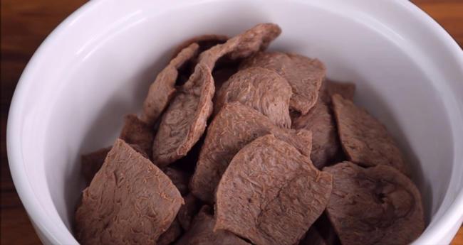 Đem bò lát chay ngâm trong nước từ 1 giờ để bò mềm rồi vắt khô.