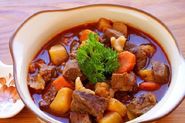 Bò được hầm mềm trong nước dùng đậm đà