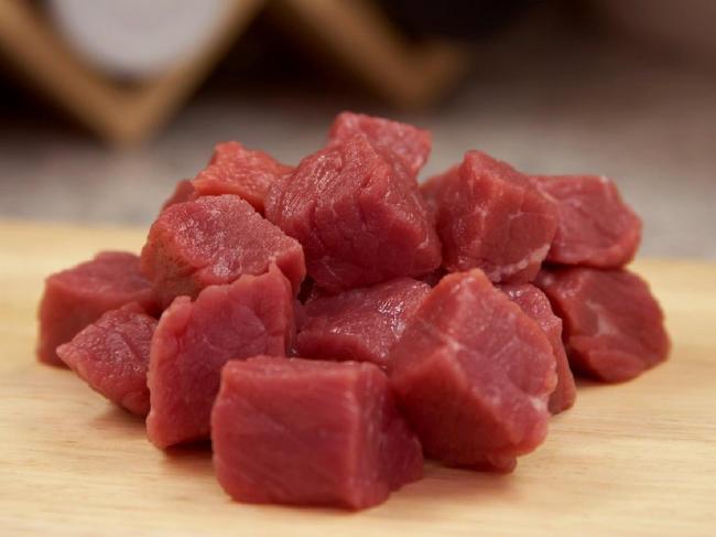 Thịt bò rửa sạch, thái miếng vuông vừa ăn