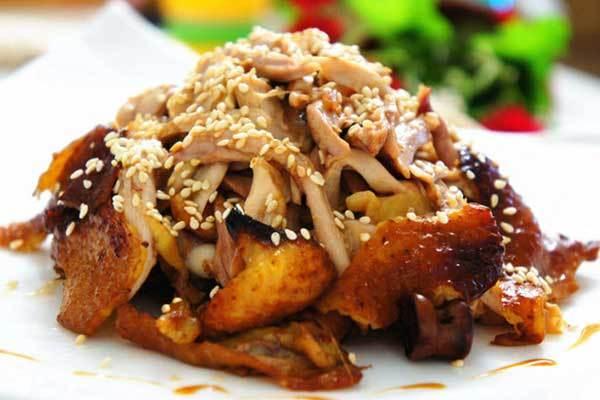 Món gà nướng bằng nồi cơm điện da vàng óng ánh, thơm lừng trông thèm chưa nào