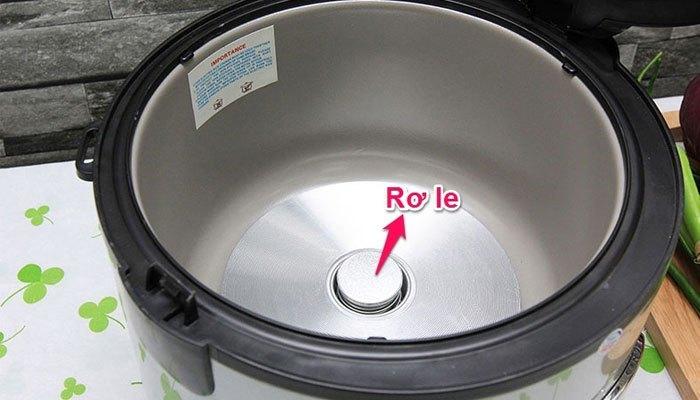Nấu cơm bằng nồi cơm điện bị khê là do rờ le