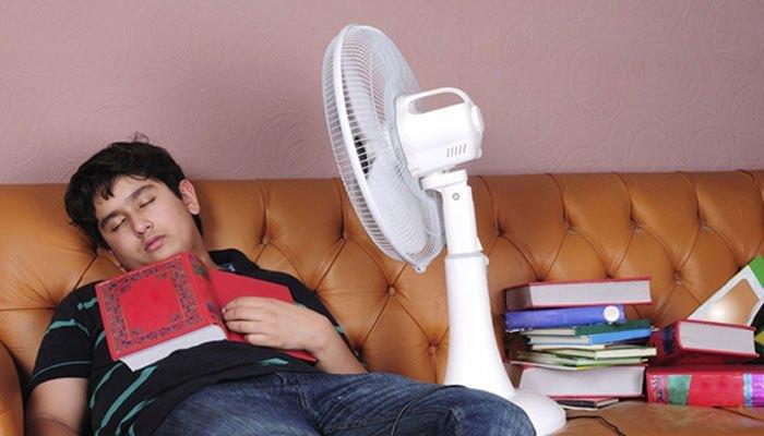 Để quạt điện thổi thẳng trực tiếp vào người sẽ ảnh hưởng đến sức khỏe