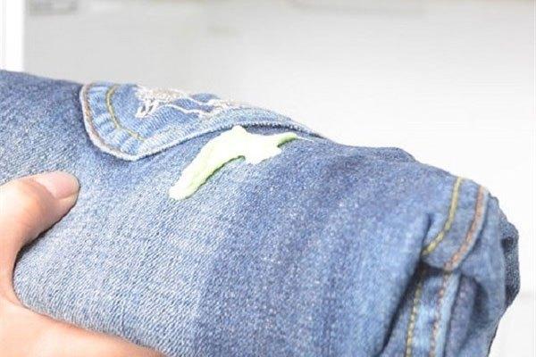 Cho quần jean bị dính kẹo cao su vào tủ lạnh giúp bạn gỡ bã ra dễ dàng hơn