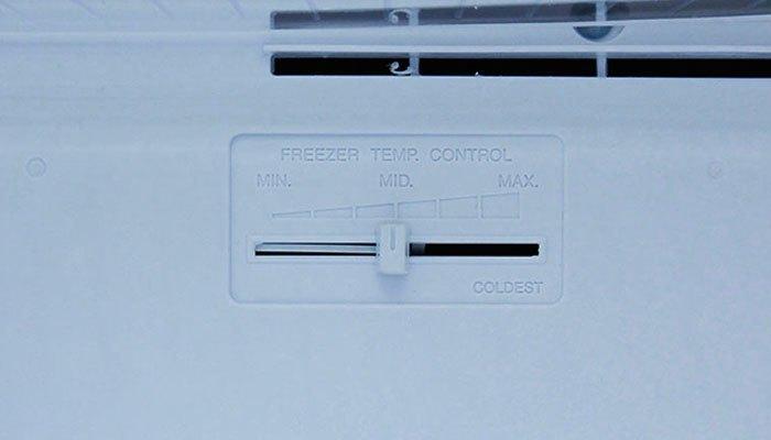Nếu bạn sử dụng ngăn lạnh của tủ lạnh nhiều hơn hãy gạt nút này sang trái và ngược lại