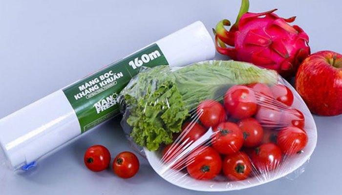 Bọc lại thức ăn trước khi cho vào tủ lạnh