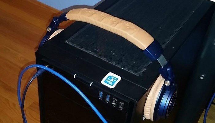 Giãn quai đeo tai bằng cách đeo trên máy tính để bàn