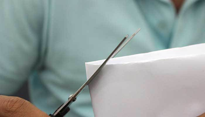 Cắt giấy thành hình vuông nhỏ để đo độ phân giải tivi
