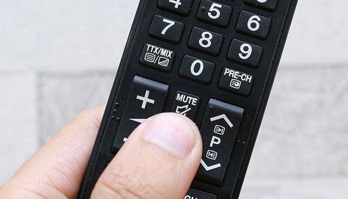 Nhấn Mute trên remote tivi để khắc phục nếu nhấn nhầm nút này