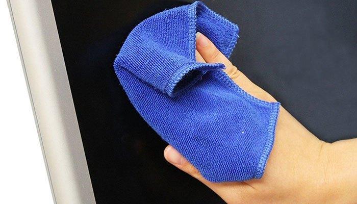 Hãy dùng vải lau chuyên dụng khi vệ sinh tivi