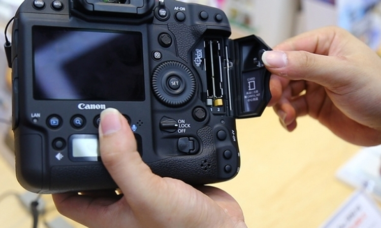 Máy ảnh Canon EOS 1DX MK II màn hình cảm ứng và hỗ trợ 2 khe thẻ nhớ