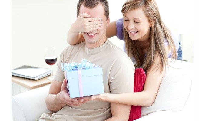Tự dùng máy may để may áo cho chồng