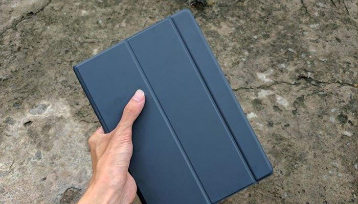 Bạn có thể sử dụng Dock bàn phím rời như vỏ bảo vệ cho máy tính bảng Galaxy Book