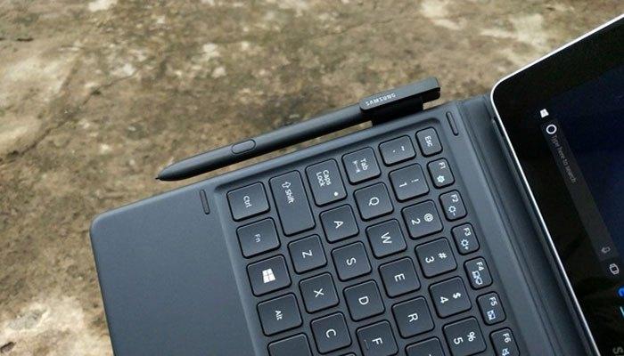 Khi không sử dụng bạn có thể cất bút S-Pen vào máy tính bảng Galaxy Book