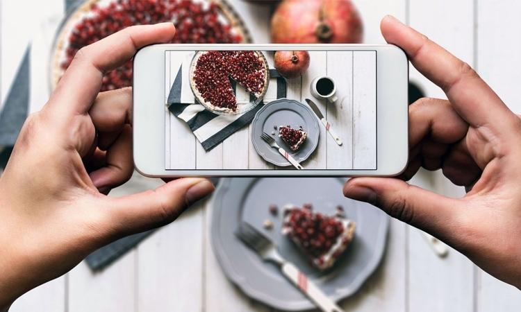 Mất hàng giờ dùng điện thoại chỉ để chụp món ăn để đăng trên mạng xã hội, đáng không?