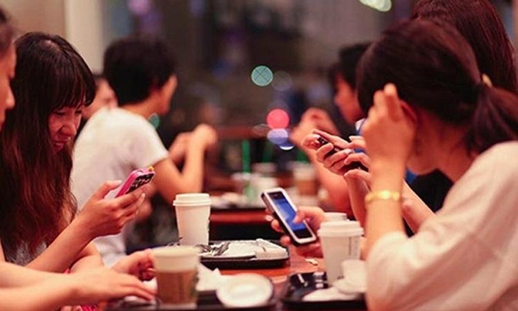 Thay vì cứ chăm chăm vào chiếc điện thoại để đăng hình ảnh, status lên mạng xã hội tại sao không giao lưu cùng bạn bè của mình