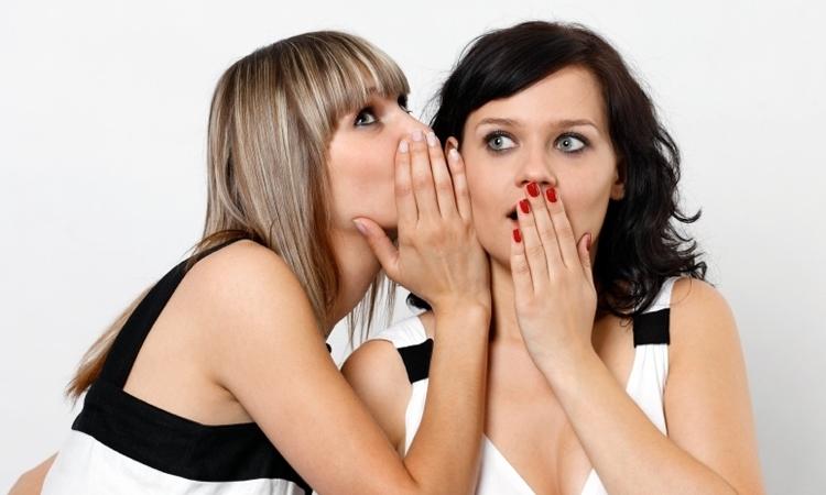 Buông điện thoại xuống, đừng nên quá quan tâm đến status đăng trên mạng xã hội của bạn bè