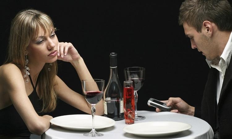 Không có điện thoại trong tay để lên mạng xã hội bạn khó chịu sao? Đừng lo lắng, đây chính là cơ hội để bạn có thêm thời gian nói chuyện, quan tâm đến mọi người xung quanh đấy