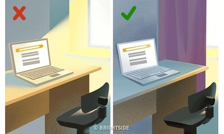Ánh sáng mặt trời chiếu trực tiếp làm màu sắc màn hình máy tính xấu đi.
