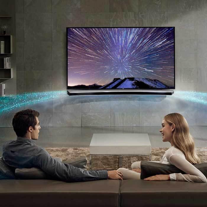 Xem tivi Samsung cùng loa soundbar cho đong đầy cảm xúc