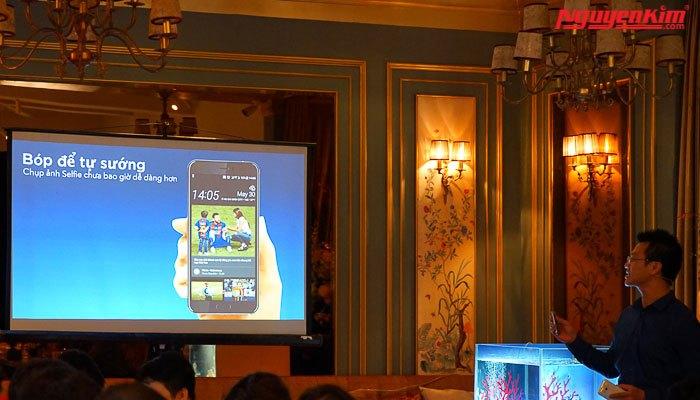 Chụp hình bằng cách bóp với điện thoại HTC U11 ra mắt