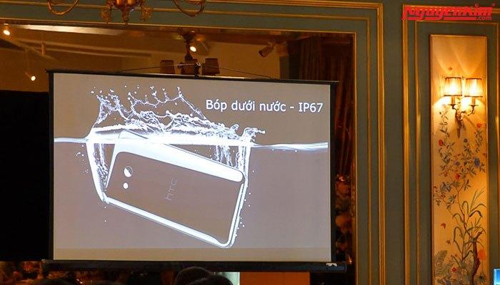 Bạn có thể bóp điện thoại HTC U11 ngay cả dưới nước