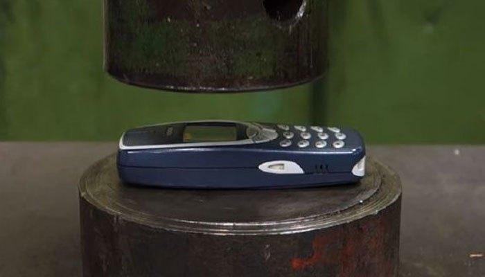 """Dù có bị """"hành hạ"""", điện thoại Nokia 3310 vẫn mạnh mẽ như thường"""