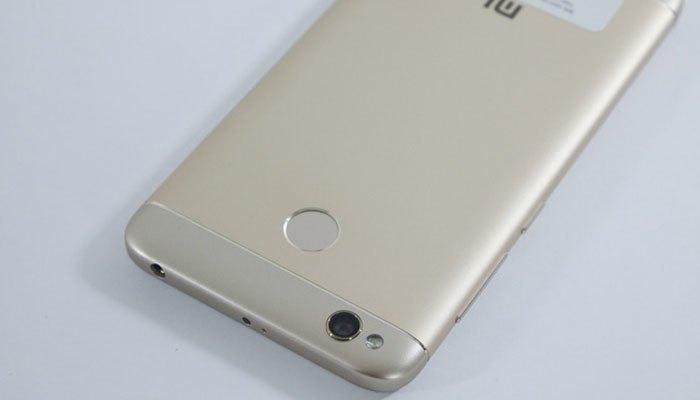 Điện thoại Xiaomi Redmi 4X phần trên và dưới mặt lưng đều có miếng nhựa lớn bao trọn đỉnh và đáy