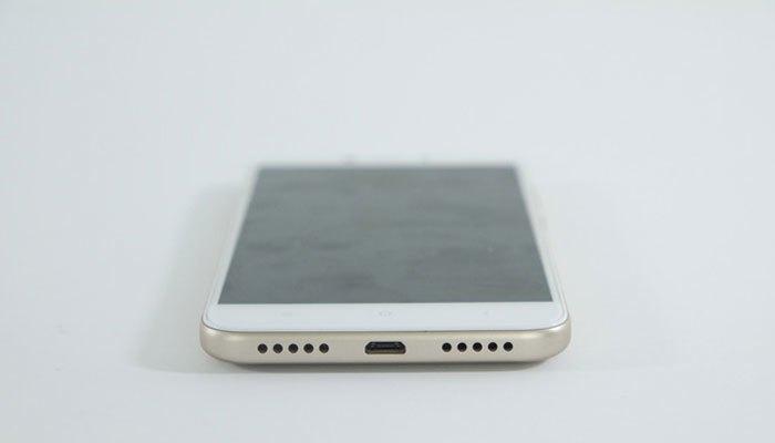 Điện thoại Xiaomi Redmi 4X phần đáy là loa, micro và cổng sạc