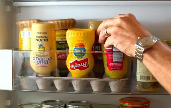 Sử dụng khay trứng cũ để chứa các chai lọ nước sốt trong tủ lạnh