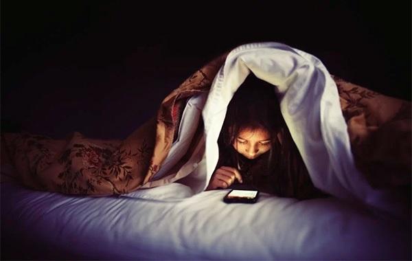 Sử dụng smartphone trước khi ngủ gây hại đến sức khỏe