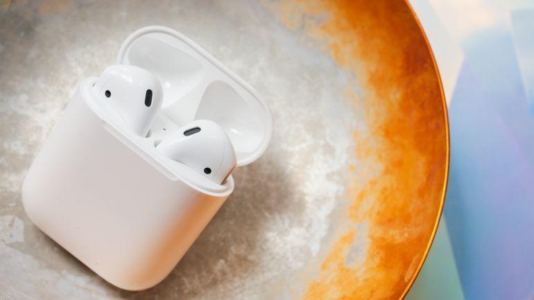 Ảnh thực tế tai nghe Airpods trên tai người dùng